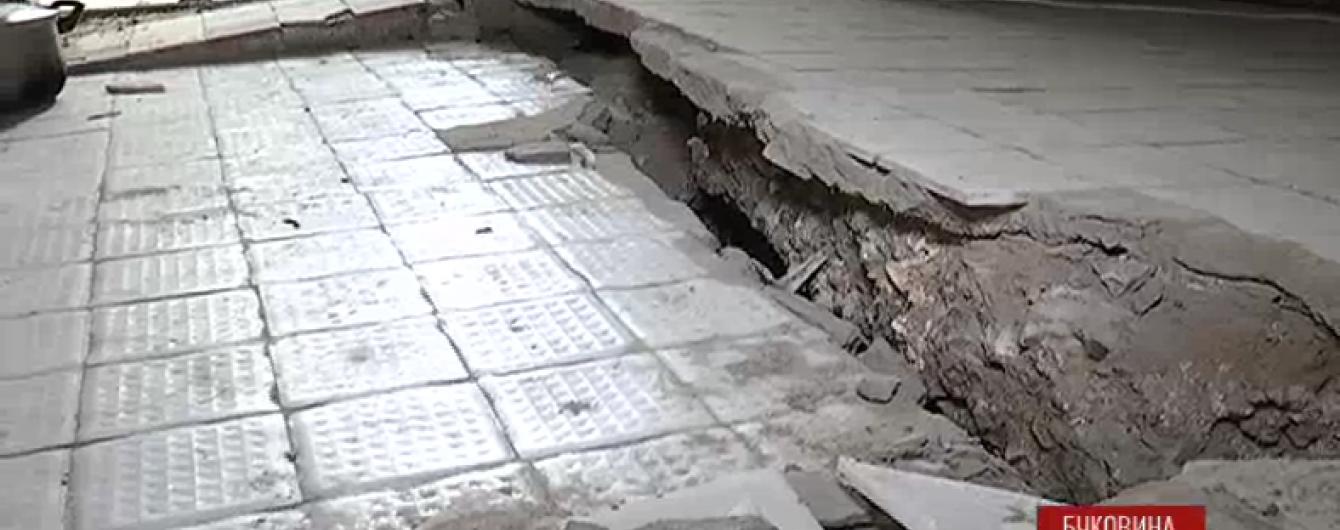 Зсув пошкодив будинки у Чернівцях і залишив людей без світла, води і газу