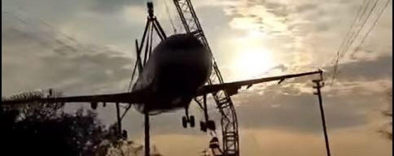 В Індії під час транспортування розтрощили літак