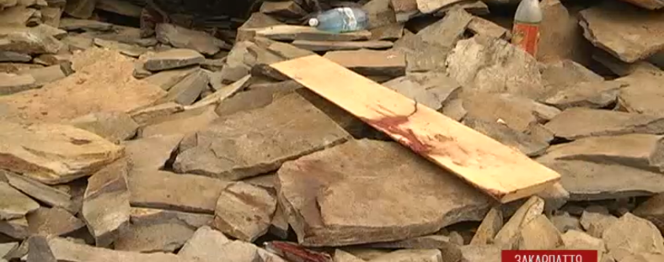 На Закарпатті 100-тонна брила впала на нелегальних видобувачів каміння