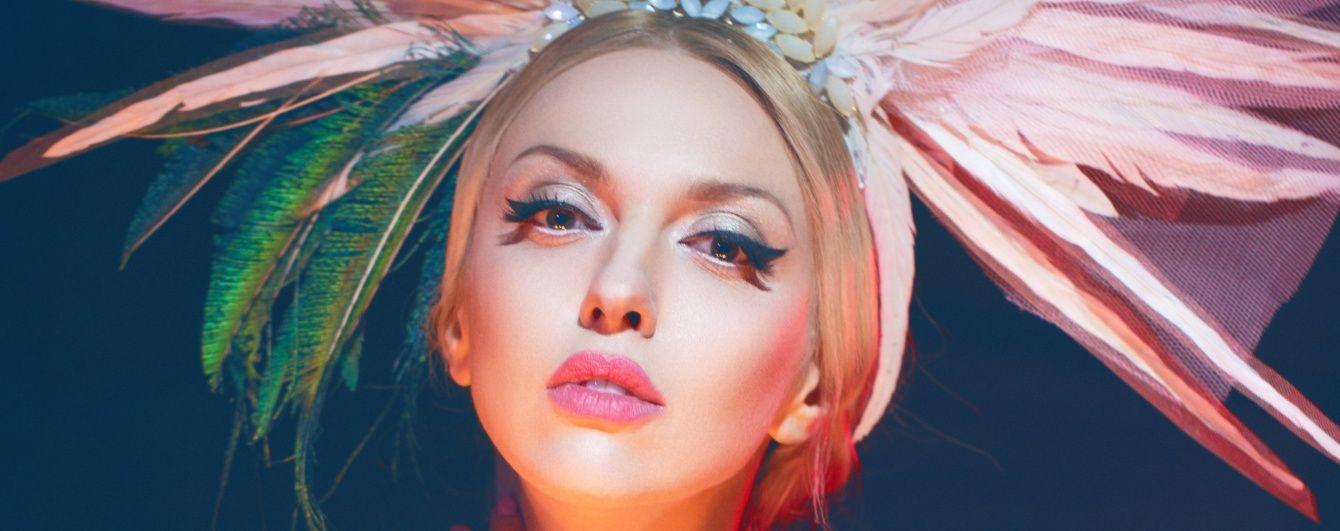 Оля Полякова в кокошнике из перьев представила новый танцевальный хит
