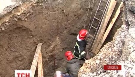 У Тернополі комунальника засипало землею у чотириметровому котловані