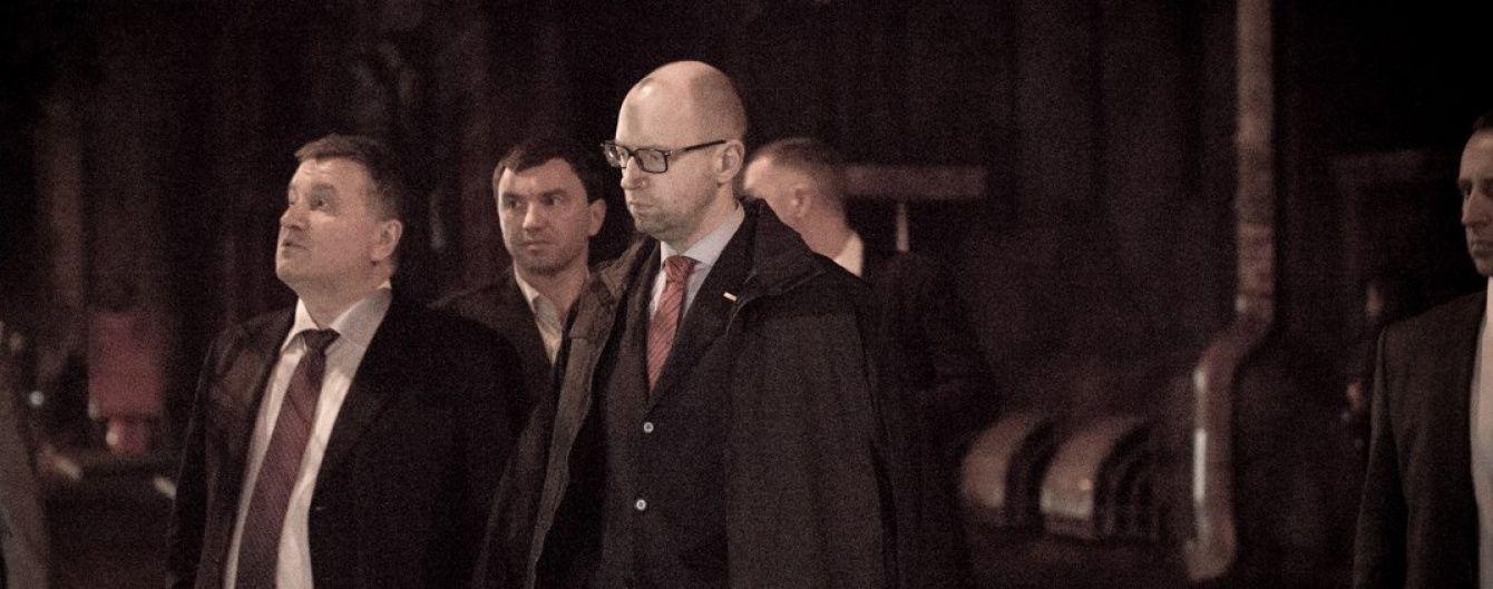 Нічна прогулянка. У Мережі з'явилось відео зустрічі Яценюка з Аваковим після наради в АП