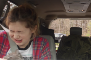 Зомби-апокалипсис. Американец жестоко разыграл сестру под действием наркоза