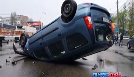 Водитель черного BMW в столице влетел в фонарный столб