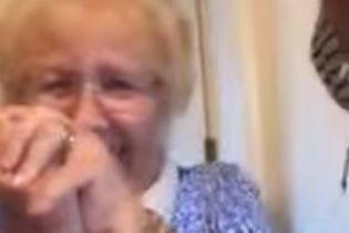 Незвичайна реакція бабусі на Snapchat підкорила юзерів