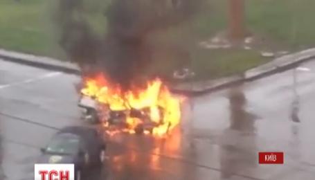 Посеред проспекту на лівому березі Києва запалало авто