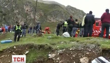 У Перу автобус впав у 30-метрову прірву