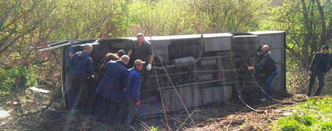 На Хмельниччині автобус із пасажирами на ходу вилетів у кювет, постраждали два десятки людей