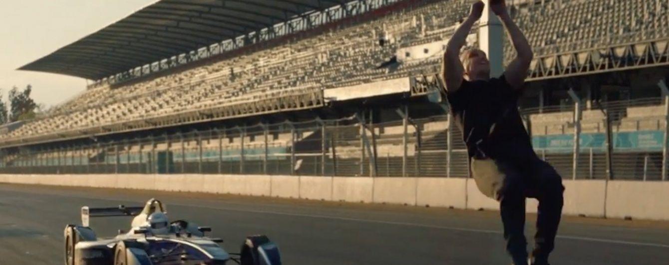 """Каскадер перепрыгнул через движущийся болид """"Формулы-Е"""" (Видео)"""