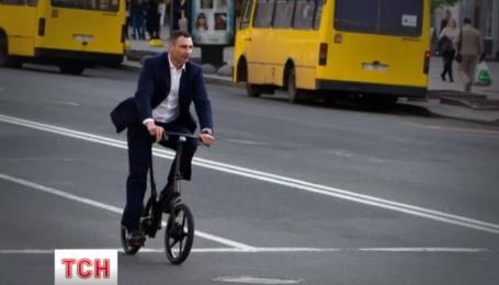 Несколько дней Виталий Кличко крутит педали центром города
