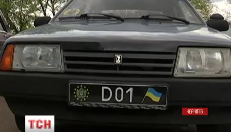 Автомобіль з підозрілими номерами вивів патрульних на дивну організацію