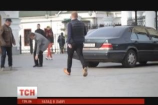 """Подробиці нападу на журналістів ТСН під Лаврою: невідомі розбили камеру та погрожували """"відбити макітру"""""""
