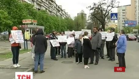 У Києві обурені діями забудовників городяни, перекрили дорогу на одному з лівобережних масивів