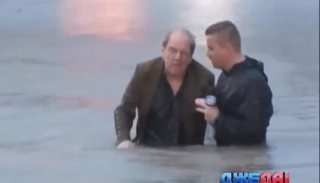 Американский журналист прямо во время репортажа спас дедушку с тонущего авто