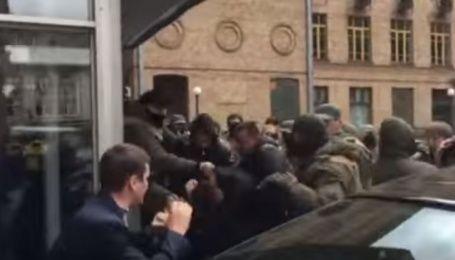 Під Київрадою свободівці побилися з охороною будівлі