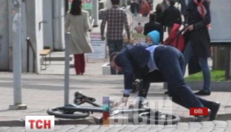 Мэр Киева Виталий Кличко не удержался на велосипеде и оказался на тротуаре