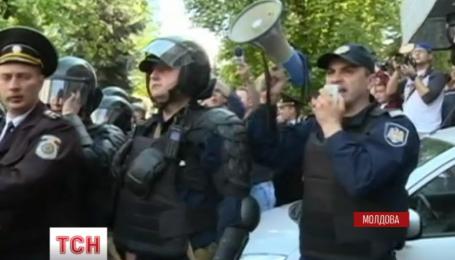 Массовыми столкновениями с милицией закончились протесты в Молдове