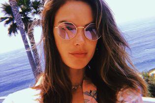 Нежится в бассейне: Алессандра Амбросио подчеркнула красивую грудь трикотажным бикини