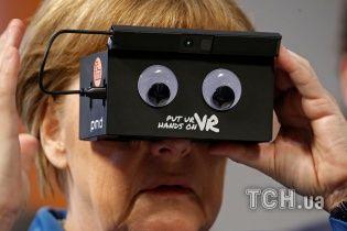 Обама та Меркель поринули у віртуальний світ на виставці в Ганновері