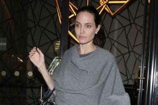 Анджеліна Джолі сховала хворобливу худорлявість у балахонистому одязі