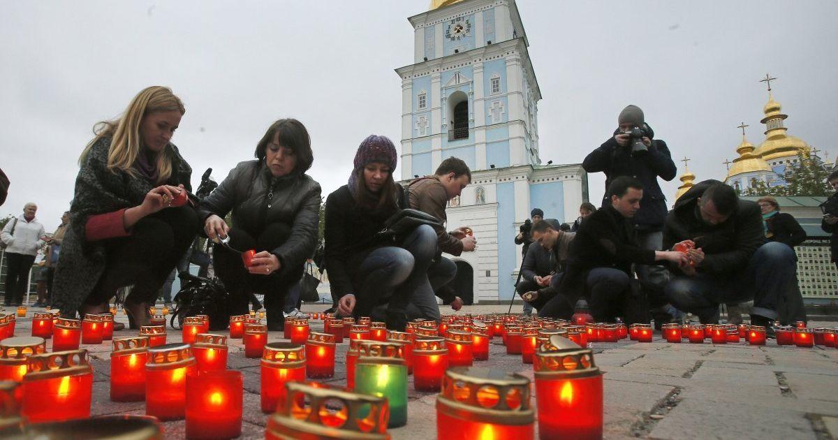 Активісти запалили свічки в пам'ять про жертв Чорнобильської катастрофи на Михайлівській площі в Києві. @ УНІАН