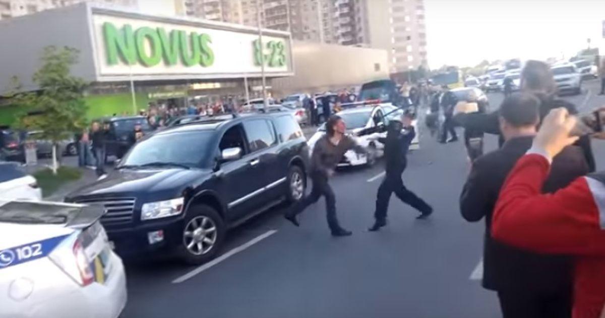 У Києві водій Infiniti кинувся з кулаками на поліцейських