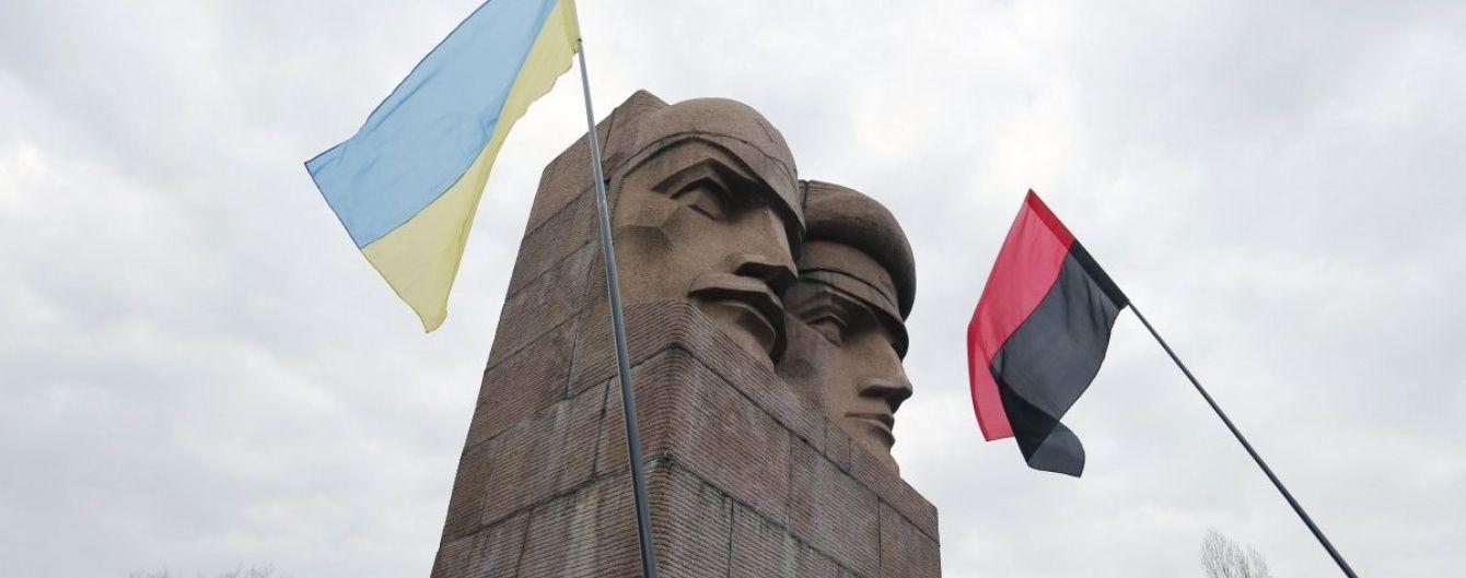 У Києві активісти намагаються знести  пам'ятник чекістам