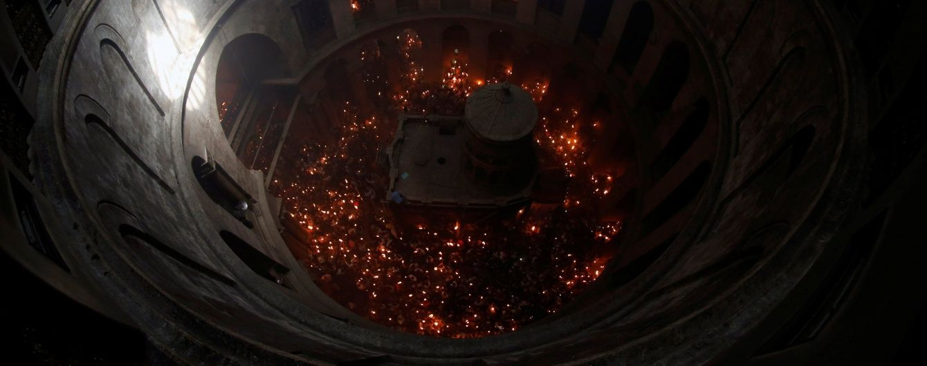 Тысячи верующих со всего мира собрались в Иерусалиме, чтобы дождаться схождения Благодатного огня