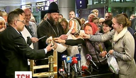 В Киев привезли Благодатный огонь