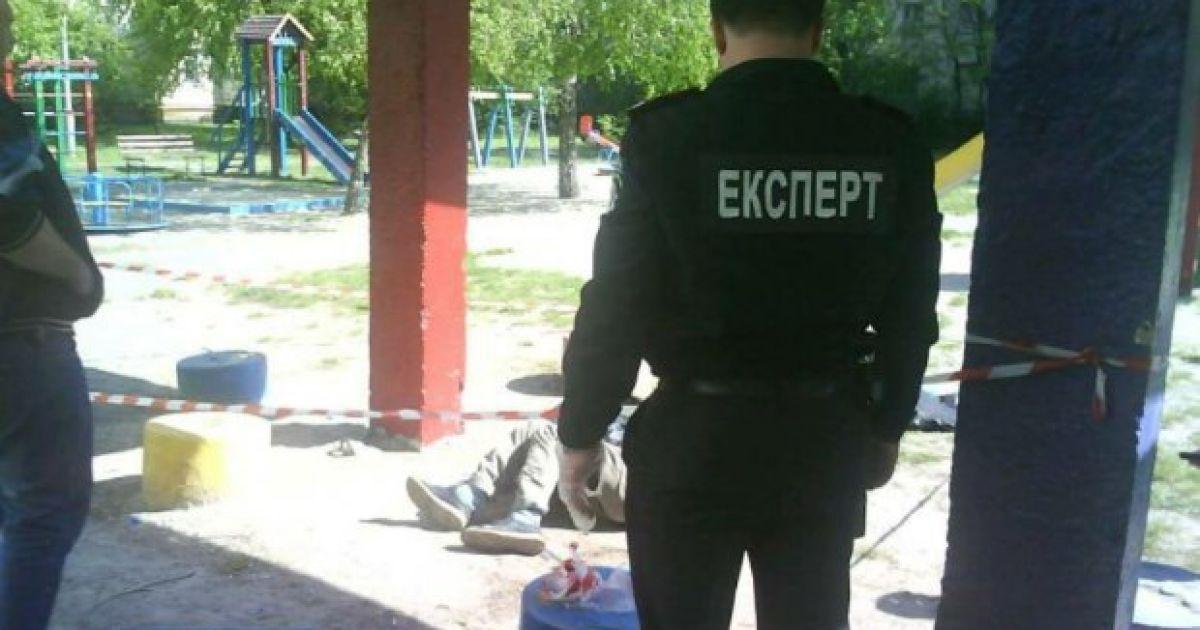 В Киеве на детской площадке обнаружили человеческий труп