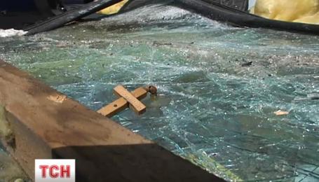 В Киеве внедорожник на большой скорости влетел в киоск ломбарда
