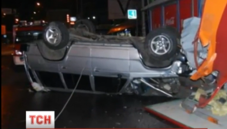 Занесені в МАФ. У Києві позашляховик на шаленій швидкості влетів у кіоск та ломбард