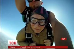 90-річна бабуся-екстремалка відзначила свій ювілей стрибком із парашутом
