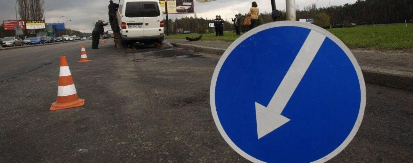 У Києві Chevrolet збив жінку, яка з цигарками і пляшкою перебігала дорогу