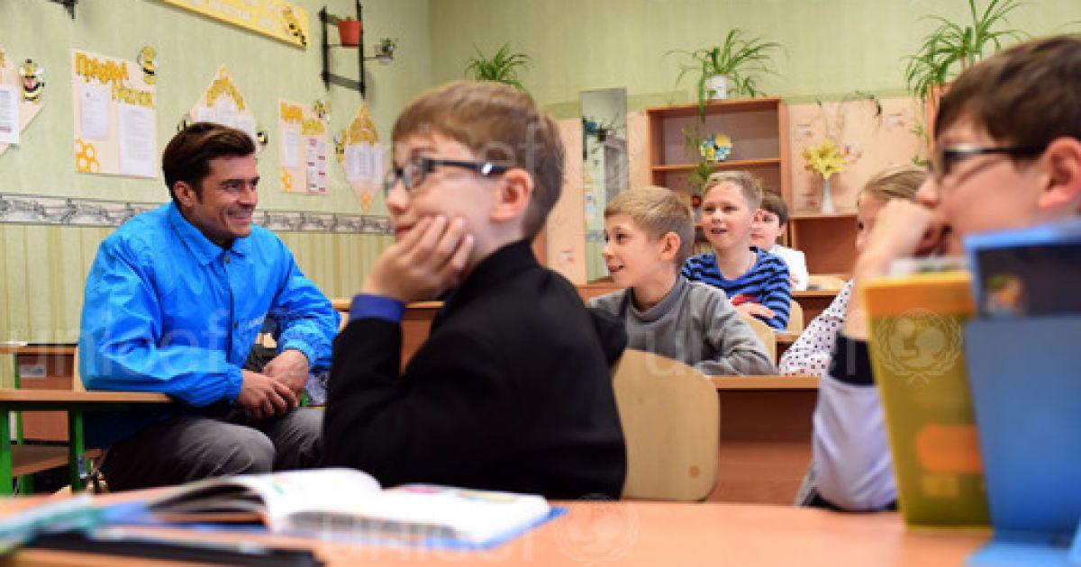 Орландо Блум поспілкувався з дітьми під час візиту на Донбас