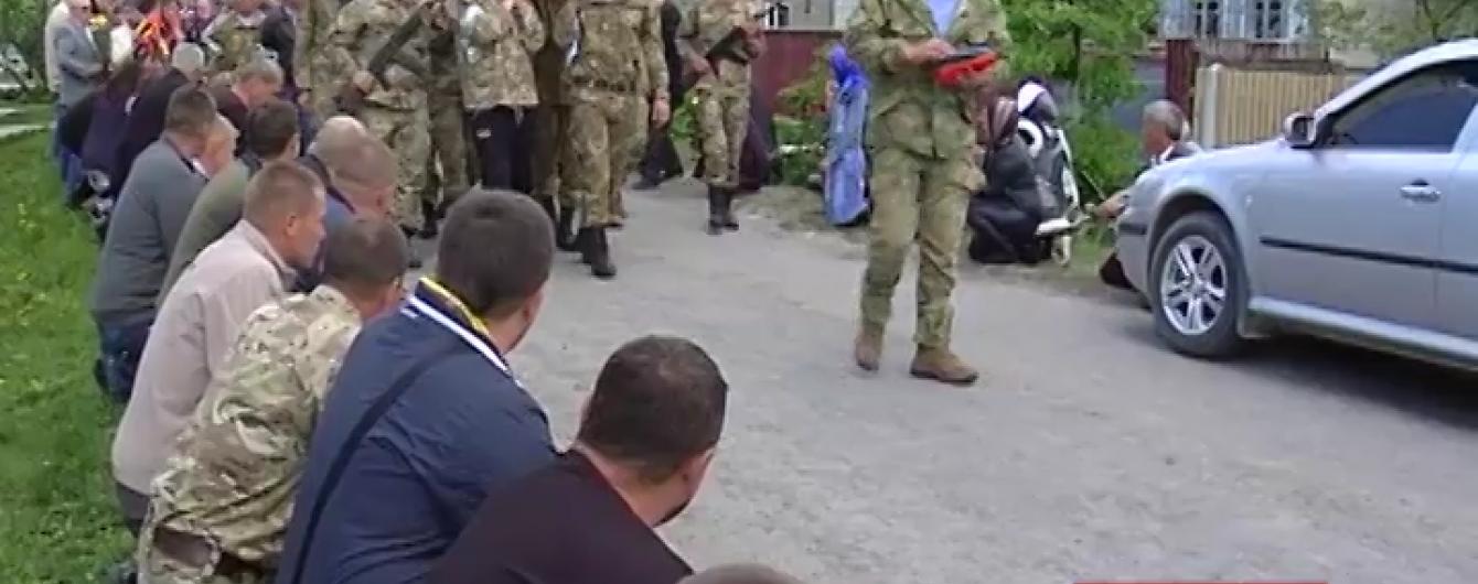 На Хмельниччині на колінах провели в останню путь грузина, який загинув під Авдіївкою