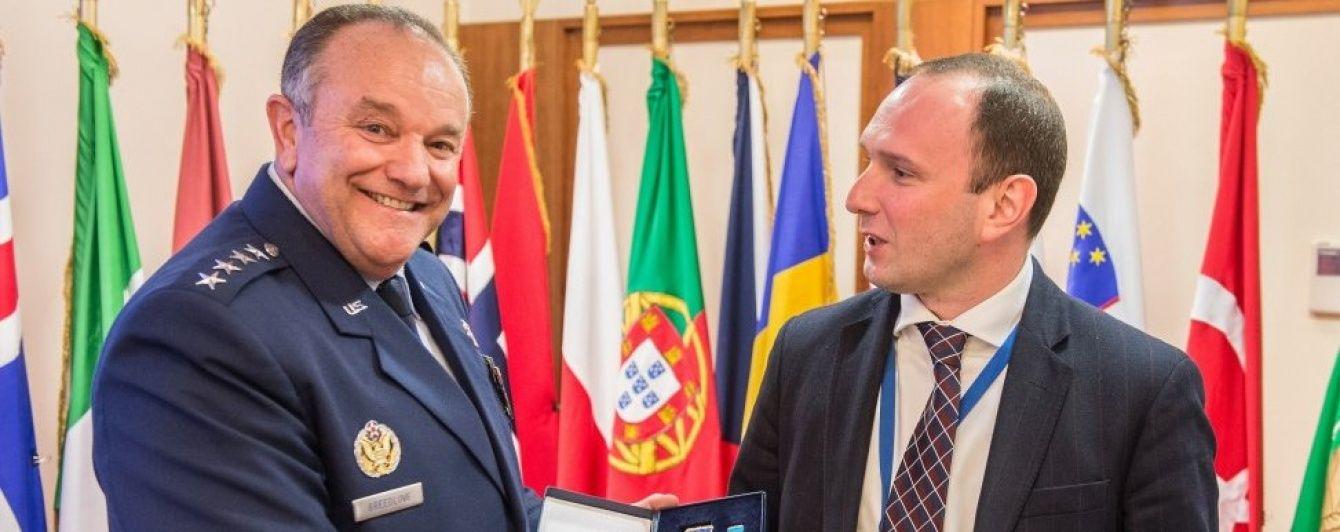 Порошенко нагородив орденом колишнього командувача НАТО в Європі