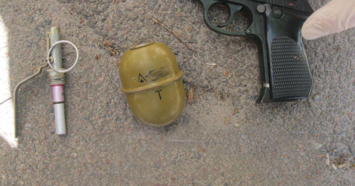 Граната та зброя лежали у візку @ ГУНП в Житомирській області