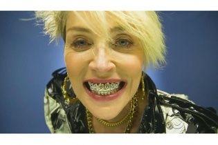 Шэрон Стоун шокировала образом развратницы с золотыми зубами