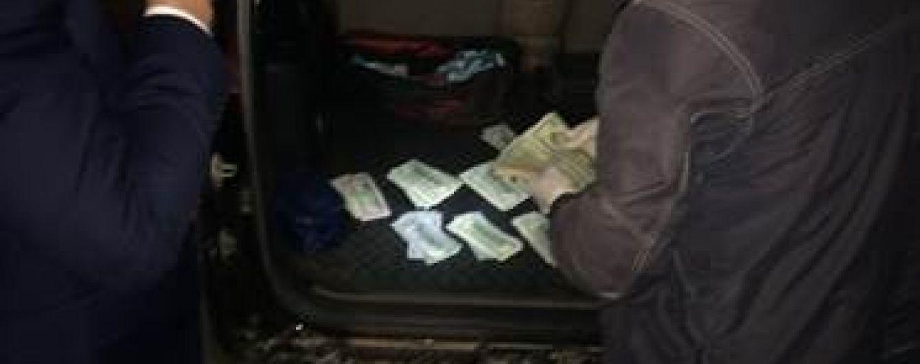 """Корупція у Держприкордонслужбі. У центрі Херсона прикордонник """"погорів"""" на хабарі у $ 11,5 тисяч"""