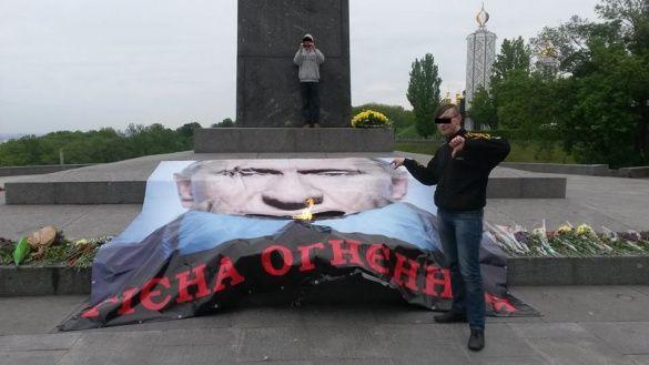 активісти накрили Вічний вогонь 5-метровим плакатом Путіна
