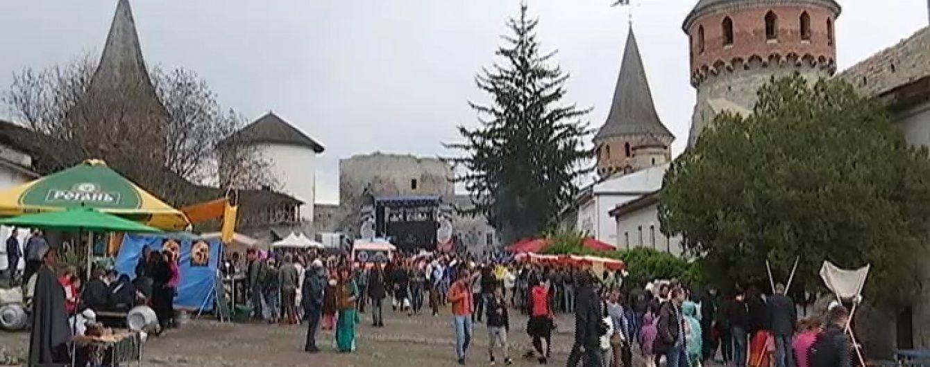 У Кам'янець-Подільську фортецю з музикою і зброєю повернулося Середньовіччя