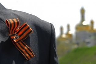 "Плати пяти тысяч гривен или за решетку на 15 суток. В Украине запретили ""колорадскую ленту"""