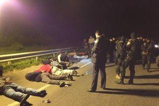 Полиция среди ночи догнала группу вооруженных мужчин на трассе Киев-Одесса