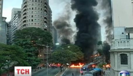 В Бразилии протестуют, жгут шины и перекрывают автомагистрали