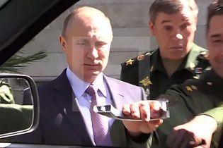 Ради Путина военному УАЗу оторвали ручку двери