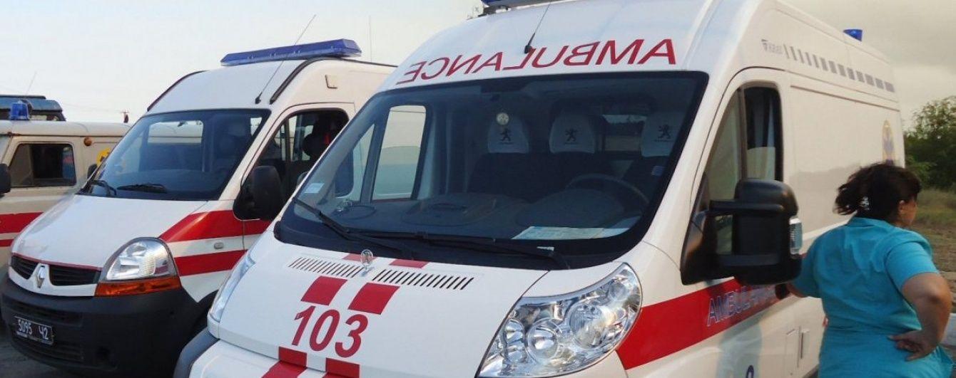 В Киеве автомобиль во дворах наехал на женщину с ребенком