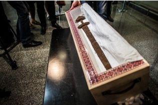 """Середньовічний артефакт """"Меч вікінга"""", який повернули в Україну, намагалися відправити в Росію"""