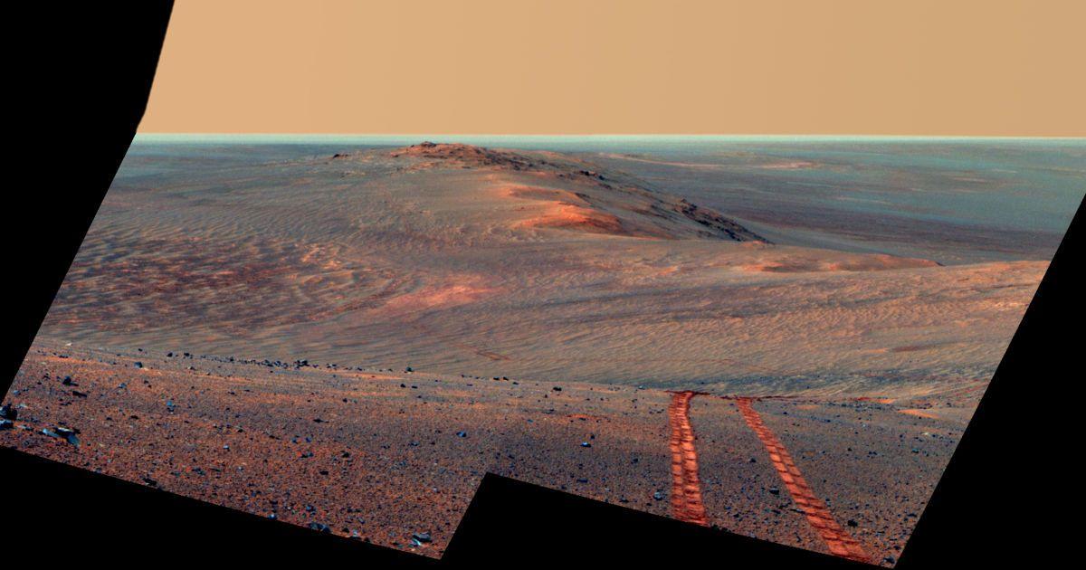 У серпні 2014 Opportunity зробив фотографію власних слідів, залишених їм раніше під час подорожей по Марсу. @ NASA