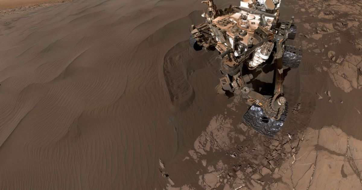 Людство ще не потрапили на Марс, але вже принесло на планету моду на селфі. У січні поточного року Curiosity сфотографував сам себе. Марсохід зробив 57 знімків, які потім були зібрані в одну фотографію, що нагадує інопланетне селфі. @ NASA